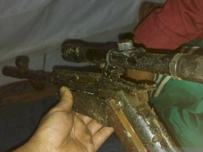 Dua Warga Desa Teluk Aur Kalbar Serahkan Senpi Rakitan Laras Panjang Kepada TNI