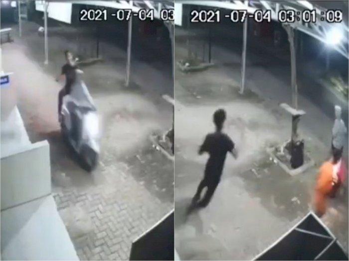 Detik-detik Dua Pemotor Serang dan Rampas Ponsel Pria di Depan Ruko Futsal Cikampek