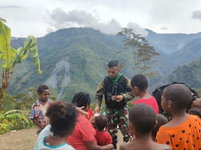 Satgas TNI Ajak Anak-Anak di Pegunungan Papua Belajar dan Bermain