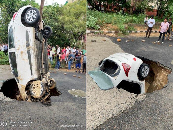 Viral! Mobil Masuk ke dalam Jalan Berlubang, Seperti Ditelan Bumi