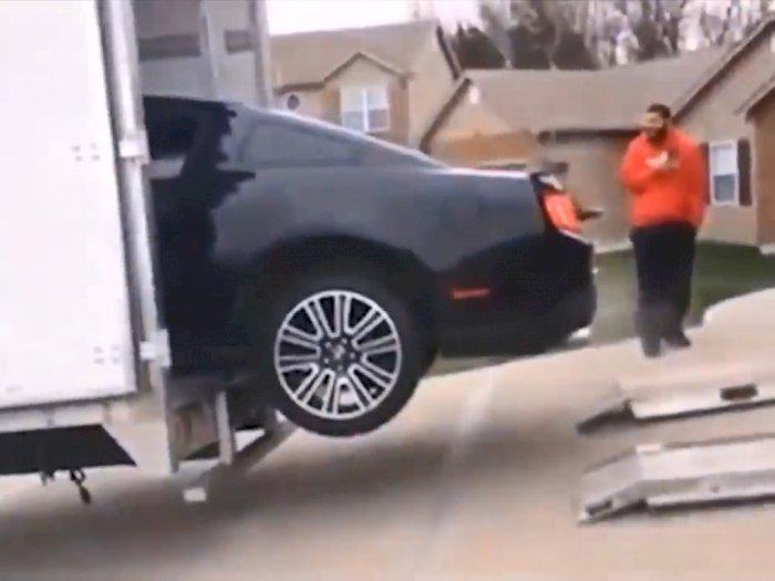 Tak Hati-Hati, Mobil Ford Mustang Ini Tersangkut Usai Ingin Masuk ke Dalam Truk!