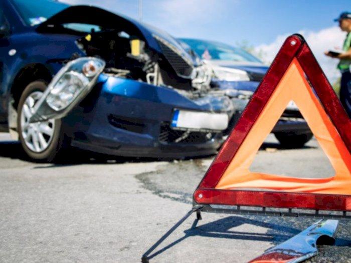 Viral! Kecelakaan Sedan di Dekat Pintu Utama Polda Metro, Kondisinya Bikin Merinding