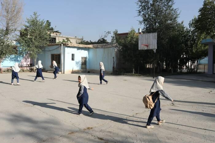 Gadis Afghanistan melihat ke sebuah sekolah di Kabul, Afghanistan, 18 September 2021. (photo/WANA via REUTERS)