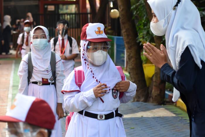 Sejumlah murid antre menjaga jarak memasuki ruang kelasnya (ANTARA FOTO/Indrianto Eko Suwarso)