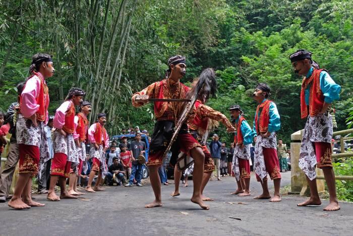 Sejumlah penari menampilkan tari Soreng (ANTARA FOTO/Anis Efizudin)