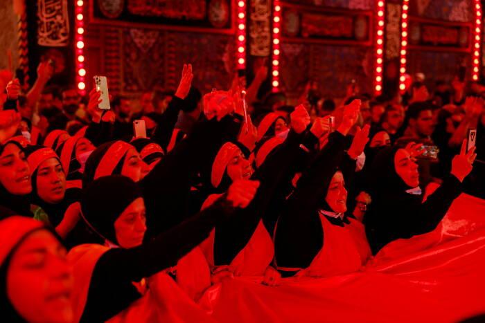 Peziarah Muslim Syiah mengambil bagian dalam upacara berkabung, selama ritual suci Syiah Arbaeen, di Kerbala