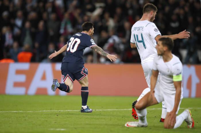 Lionel Messi dari Paris St Germain merayakan gol kedua mereka