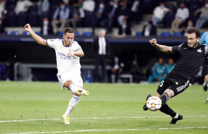 Eden Hazard dari Real Madrid menembak ke gawang