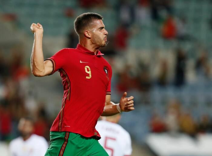 Andre Silva dari Portugal merayakan gol ketiga mereka