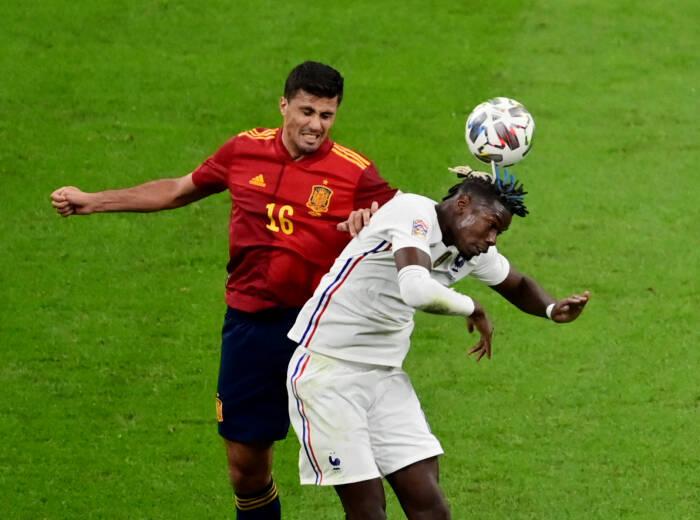 Rodri dari Spanyol beraksi dengan Paul Pogba dari Prancis