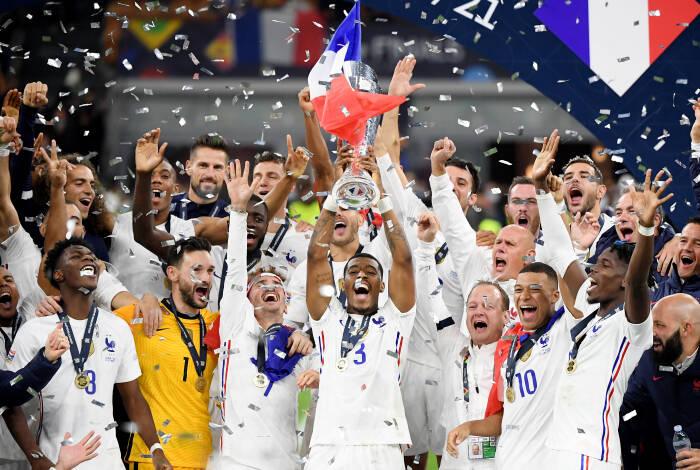 Para pemain Prancis merayakan dengan trofi setelah memenangkan Nations League