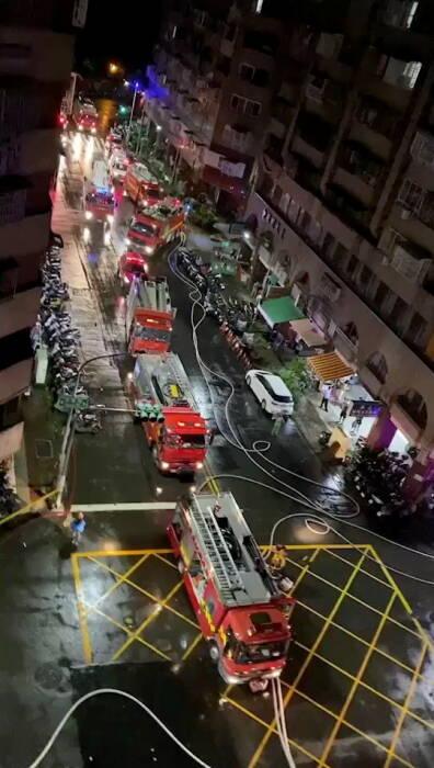 api berkobar di gedung Cheng Chung Cheng di Kaohsiung, Taiwan
